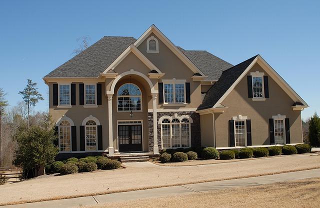 moderní velký hnědý dům