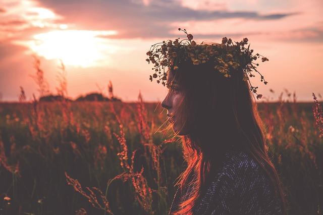 dívka s věnečkem na hlavě