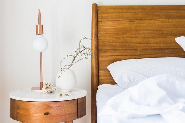 roh dřevěné postele, lampička