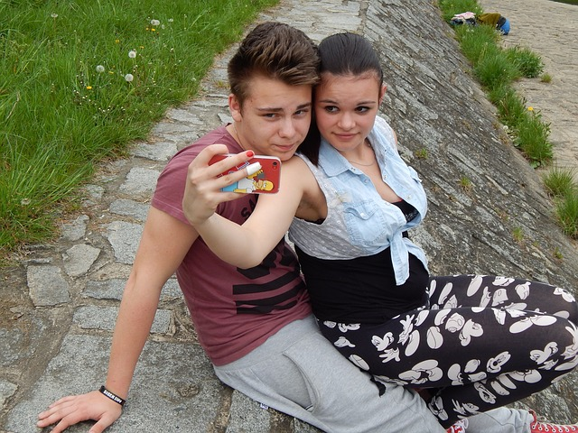 mladý pár fotící si selfie