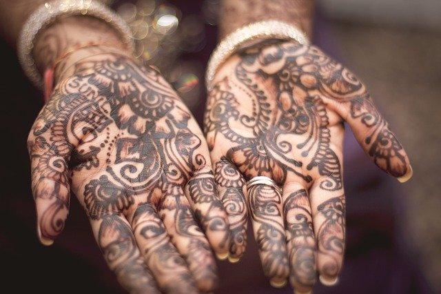 Hennou pomalované dlaně