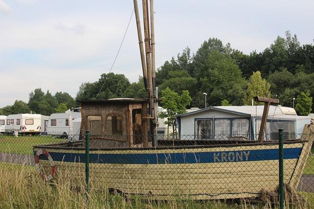 prázdninový kemp a loď