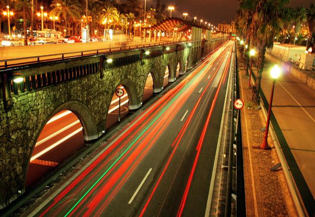 ulice v Barceloně osvětlená sodíkovými výbojkami