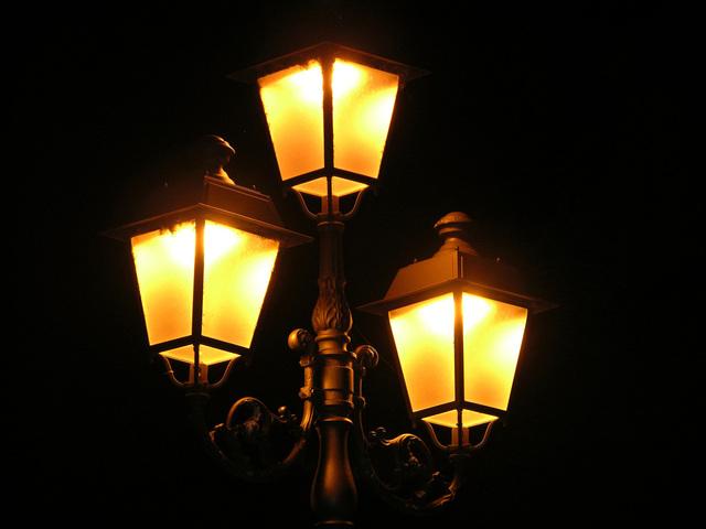 tři pouliční lampy s výbojkami